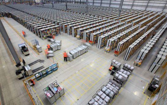 """亚马逊仓库最先进的一面,使用了robtos,实现了""""货架动,人不动""""的结果。这是对人力成本最大程度的节约。"""